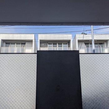 屋根がありますが、少し隙間があるので空気の入れ替えなどには問題ありません。