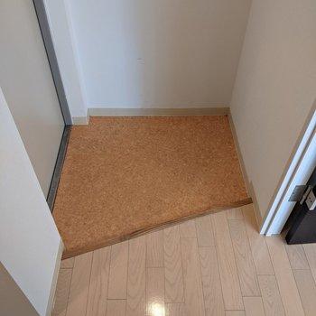 玄関スペースは少しコンパクトなのでシューズボックスを活用しましょう。
