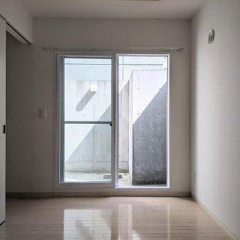 【5.1帖洋室】窓は西向き。午後に日光が入ります。