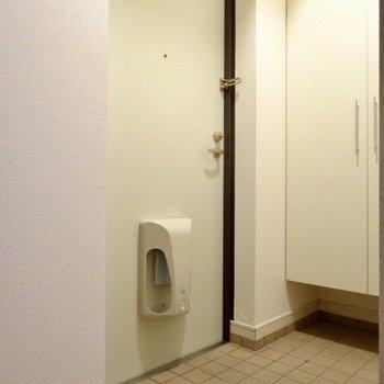 玄関はコンパクトに。 (※写真は6階の同間取り別部屋のものです)