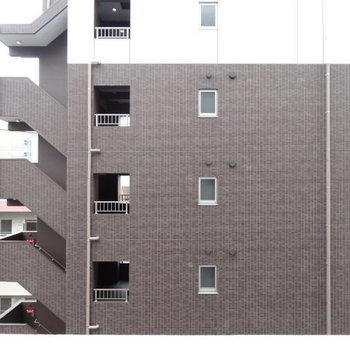 眺望はどっちのバルコニーもマンション! (※写真は6階別部屋からの眺望です)