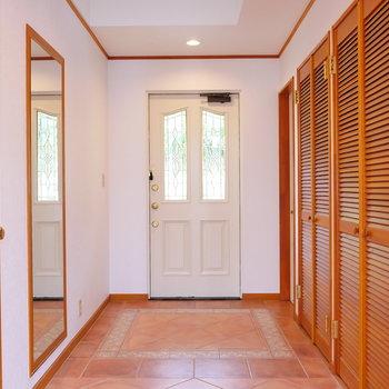 上がってきて玄関から洋室へ。
