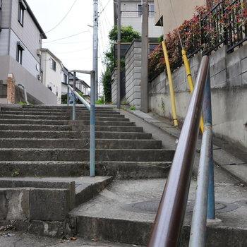 こんな階段を上がれば近道に。