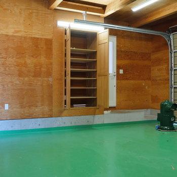 【16帖 ガレージ】玄関の収納に繋がります。
