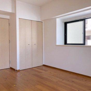出窓もあり2面採光(※写真は清掃前のものです)
