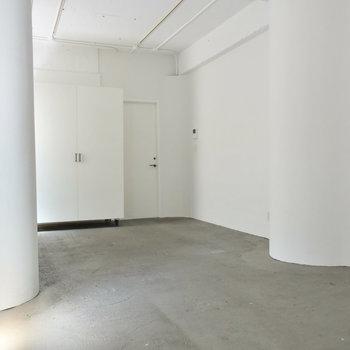 真っ白な室内ですが、柱が丸くて優しい雰囲気に