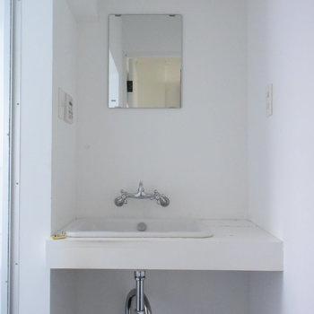 むき出しの配管がかっこいい洗面台