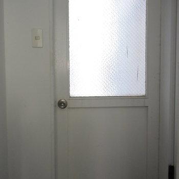 キッチン奥には気になるドアが…
