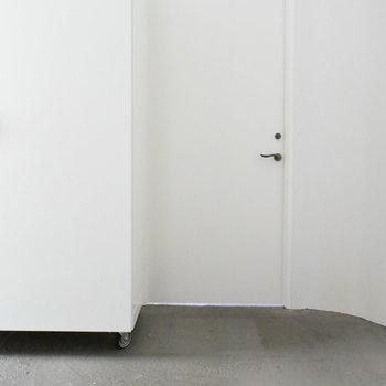 玄関は土間などがないすっきりしたタイプ