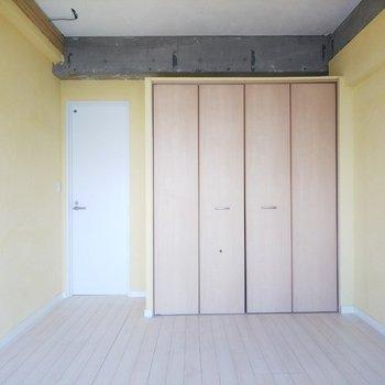 白い扉がお部屋のアクセントになっています。