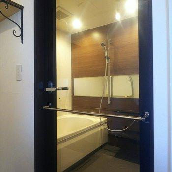 お風呂場のドアはなんとガラス張り!