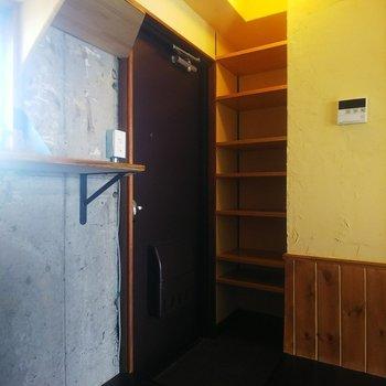 こちらは玄関+シューズクローク。全7段で収納力十分です。