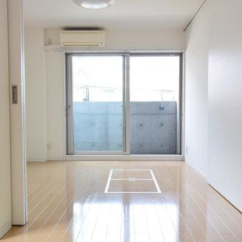 バルコニー側の洋室も寝室にはちょうどいい広さ