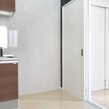 キッチン横に冷藏庫などを置くスペース◎(※写真は清掃前のものです)