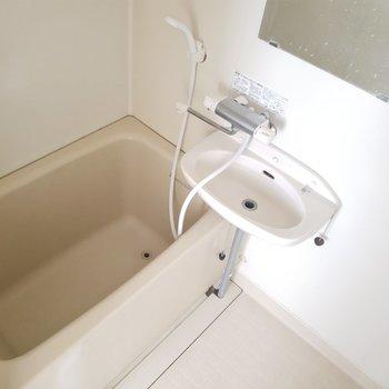 洗面台は浴槽も使いやすいようにちょっぴり横長。