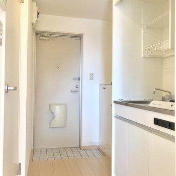 キッチンとシューズボックスの間に冷蔵庫を置けるスペースあります。