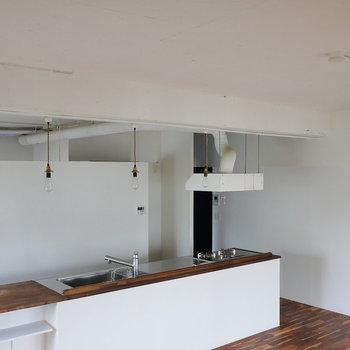 天井はむき出し、白塗装。 ※写真はクリーニング前のものです