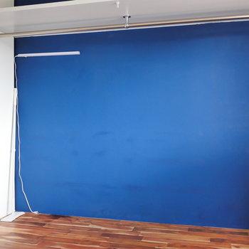 印象的なブルーのオープン収納。 ※写真はクリーニング前のものです
