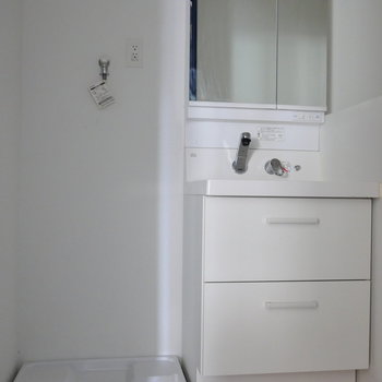 脱衣所に独立洗面台と、洗濯機置場。 ※写真はクリーニング前のものです