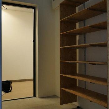 玄関は土間っぽくていい。 ※写真はクリーニング前のものです