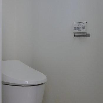 トイレは脱衣所に。 ※写真はクリーニング前のものです