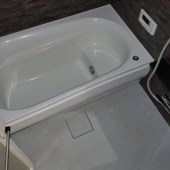 浴槽ゆったり。 ※写真はクリーニング前のものです