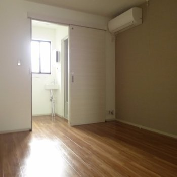 いい感じにお部屋と分かれてますね※写真は1階の反転間取り別部屋のものです