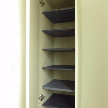 靴箱はコンパクトながらしっかり。※写真は1階の反転間取り別部屋のものです