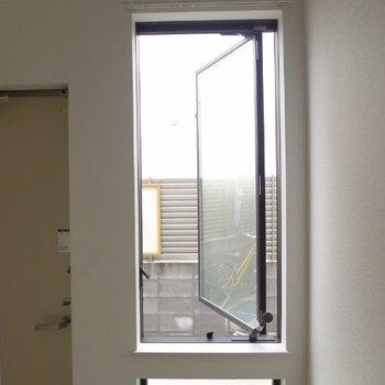 玄関横の窓は棒をくるくる回すタイプです。※写真は1階の反転間取り別部屋のものです