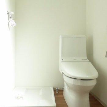 トイレ・洗濯機置き場はくっついてます※写真は1階の反転間取り別部屋のものです