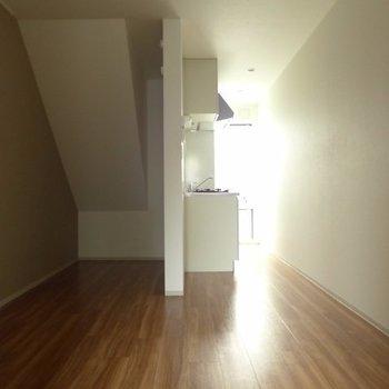 ナナメの天井がかっこいいです♪※写真は1階の反転間取り別部屋のものです