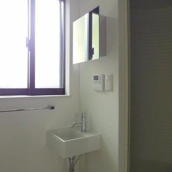 コンパクトな洗面台、一応独立です※写真は1階の反転間取り別部屋のものです
