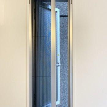 開閉可能で引き戸の網戸も付いてます。
