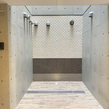 エレベーターから下りた1階の正面がタイルの素敵な空間。