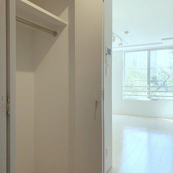 クローゼットは居室入口の左側。