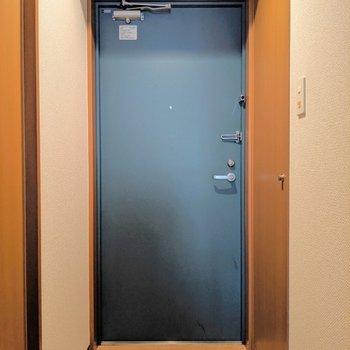 ブラウンなお部屋にブルーグリーンのドアが合います。