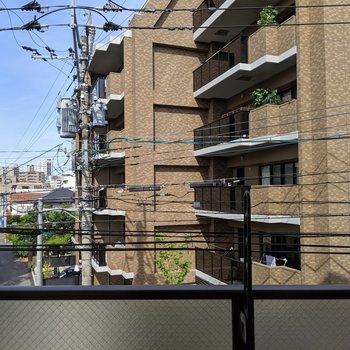 眺望はマンション・・。でも向かい合ってないから良い感じ。