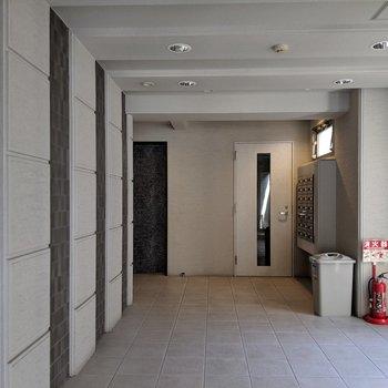とにかく清潔感ある玄関ホール。オートロックも◎