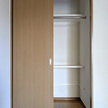 収納は引き戸!下の棚はもう1段下げることもできる。この棚便利なんだよね〜