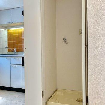 キッチン横には洗濯機置場※写真はクリーニング前のものです