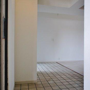 玄関から。※写真は3階の反転間取り別部屋のものです