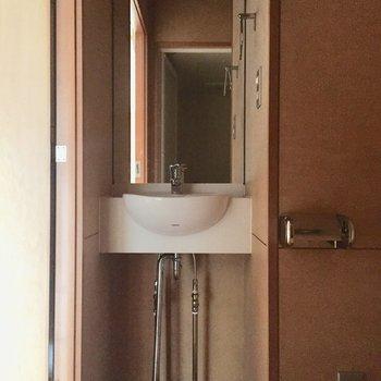 鏡が大きい洗面台!見やすい〜!※写真は3階の同間取り別部屋のものです