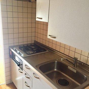 二口コンロのシステムキッチン◎作業スペースもしっかり確保。※写真は3階の同間取り別部屋のものです