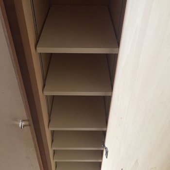 シューズボックスには、一足ずつ入れる感じ。※写真は3階の同間取り別部屋のものです