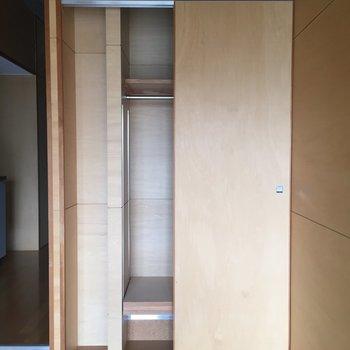 クローゼットの左側は〜細長いものがぴったり入る!※写真は3階の同間取り別部屋のものです
