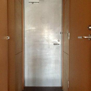 玄関。ポーチは小さめです。※写真は3階の同間取り別部屋のものです