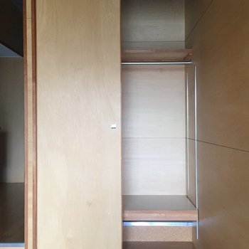 右側には、お洋服をかけて。※写真は3階の同間取り別部屋のものです