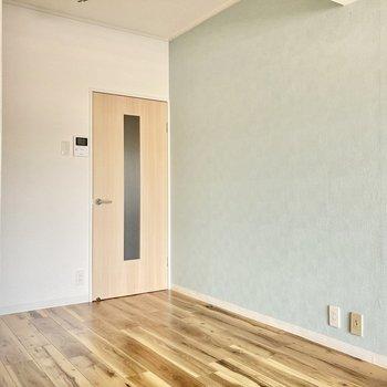 さて、ドアを開けて廊下部分に出てみましょう。