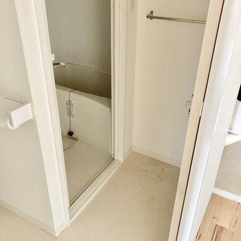 脱衣所はこちら側。タオルかけもあって便利だね。(※写真は清掃前のものです)