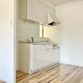 キッチン横に冷蔵庫を置いてっと。